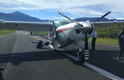 . Pesawat dengan nomor panggilan PK MPS itu ketika mendarat terlalu cepat masuk ke run way, sehingga roda pendarat (landing gear) tersangkut permukaan ujung runway 25. (foto: Ist)
