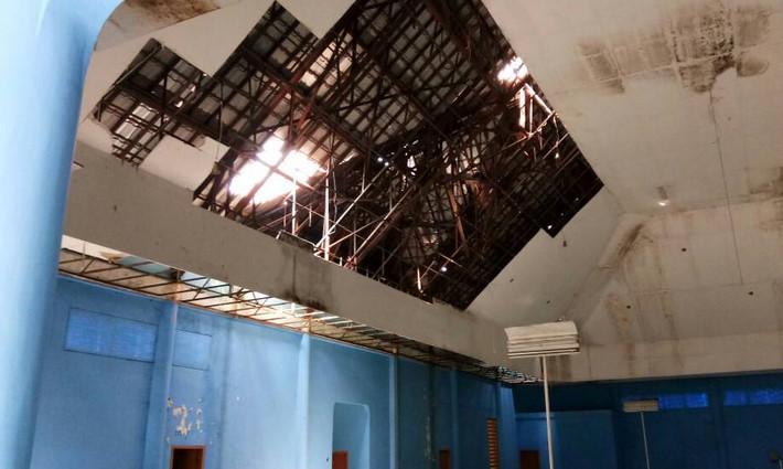 Kondisi atap bangunan Gedung Balai Rakyat di Depok Utara yang jebol.