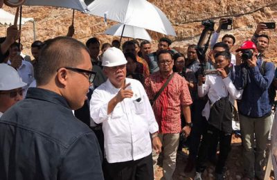 Menteri PUPR Basuki Hadimuljono,meletakan batu pertama pembangun rumah susun mahasiswa Politeknik Pariwisata Batam Jumat (5/5).