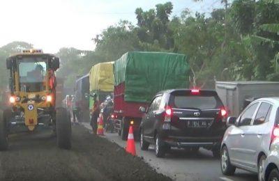 Perbaikan jalur pantura Probolinggo Jawa Timur mulai di lakukan jelang arus mudik lebaran 2017. (foto: dic)