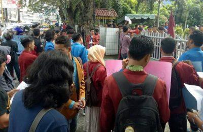 Suasana aksi unjukrasa pelajar dan mahasiswa Muhamadiyah menolak kenaikan tarif dasar air minum di kantor PDAM Tirtanadi Medan, Rabu (10/5)