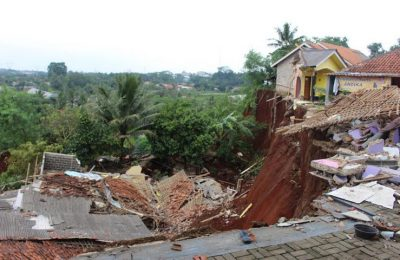 Beberapa rumah di Kampung Koceak, Kecamatan Setu, Kota Tangerang Selatan   yang tanahnya mengalami pergeseran tanah akhirnya longsor.