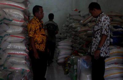 Kepala Dinas Koperasi Perdagangan dan UMKM Kabupaten Brebes, memeriksa salah satu gudang beras milik pedagang untuk memastikan ada tidaknya penimbunan bahan pokok.