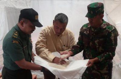 Adhekan, Kepala Sub Divri Bulog Bondowoso saat meninjau  secara langsung Gudang Bulog, Klatakan, di Situbondo, Jawa Timur, Rabu (10/5).