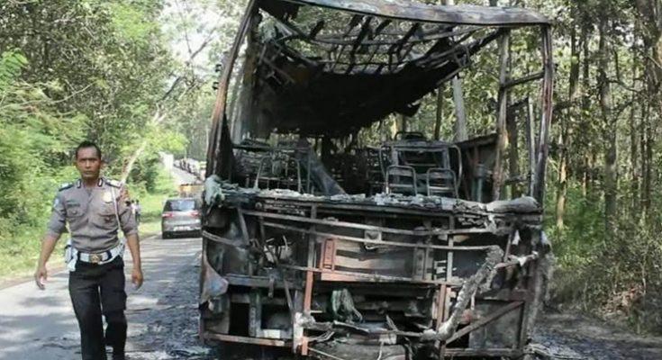 Bangkai bus yang terbakar akibat konsleting kabel vreon.