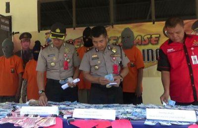 Kapolsek Kompol Budi Hariyanto (kana) dan Waka Polres Prooblinggo Kompol Hendy K (kiri) membeberkan barang bukti yang diamankan dari tangan tersangka SWT dan MRS yang mengaku pengacara.(foto: dic)