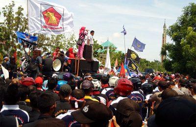 Warga dan parpol pengusung Gubernur Kepri di Batam melakukan aksi tolak kenaikan listrik. (foto: gus)