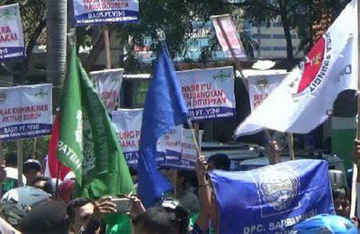 Sekitar 2.000 buruh yang tergabung di Sarbumusi Kabupaten Pasuruan, berunjuk rasa memperingati Mayday di Alun-alun Bangil. (foto : abd)