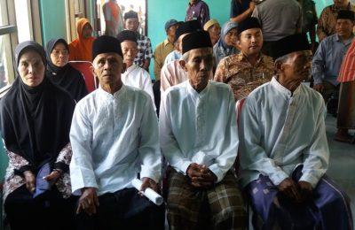Nikah Massal di Situbondo , salah satu pesertanya adalah pasangan kakek-nenek yang telah berusia 70 tahun. (foto: fat)