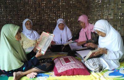 Para lansia mengaji di pondok bambu sederhana di Ponpes Ramadan khusus janda yang telah berusia lanjut. (foto: yos)