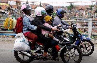 Pemudik dengan sepeda motor. Menhub Budi meminta jajarannya untuk meningkatkan fungsi pengawasan, seperti : melakukan uji kelaikan sarana/ramp check secara menyeluruh pada semua moda transportasi yang disiapkan untuk beroperasi pada Angkutan Lebaran tahun ini.