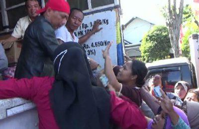 Warga menyerbu operasi pasar sembako murah di Pasuruan, Jawa Timur. (foto: abd)