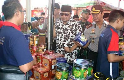 Bupati Pasuruan, HM Irsyad Yusuf saat di lokasi pasar murah. (foto : abd)