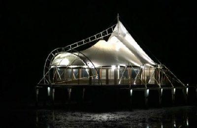 Pemandangan masjid di tengah laut di Pantai Utara Probolinggo saat malam hari. (foto: mrh)