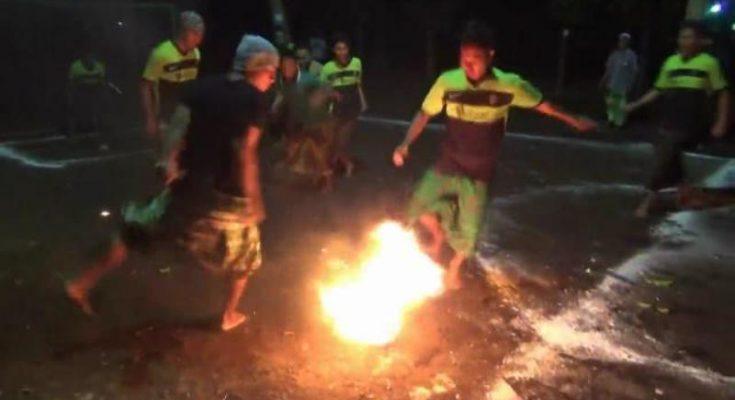 Para santri sedang bertanding sepak bola api di Probolinggo. (foto: mrh)