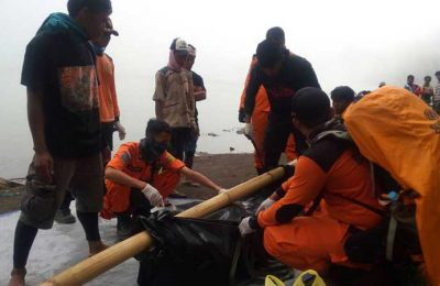 Tiam SAR sedang melakukan evakuasi mayat korban yang teas di Segara Anak Gunung Rinjani. (foto: zxy)