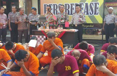 Kapolres Pasuruan Kota saat menggelar pres release dengan barang bukti dan para tersangkanya. (foto : abd)