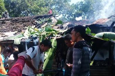 Warga berupaya memadamkan api yang membakar rumah salah seorang warga.