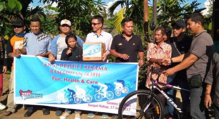 Komunitas Gowes for Fun Pontianak saat membagikan sembako ke warga kurang mampu. (foto: das)