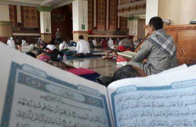 Peserta Itikaf di Masjid Adz-zikra sedang membaca Alquran.(foto: pei)