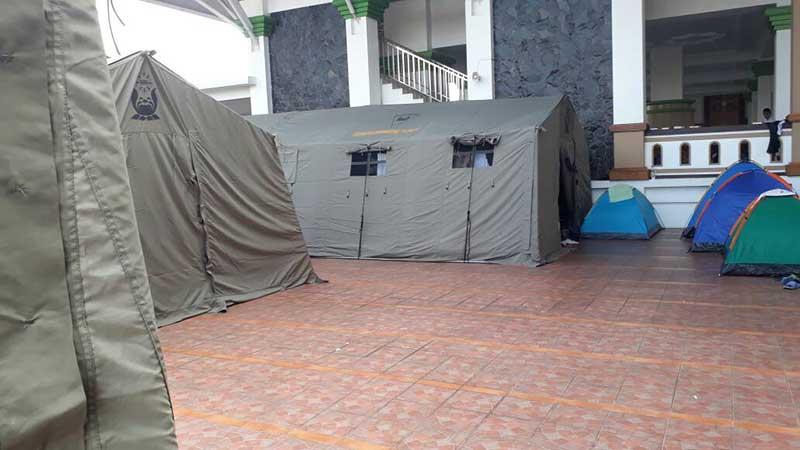 Peserta Itikaf mendirikan tenda di Masjid Adz-zikra. (foto: pei)