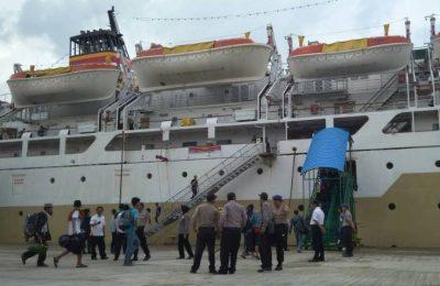 Penumpang kapal naik ke KM Bukit Raya tujuan Surabaya.(foto: das)