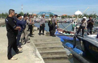 Kapolres Probolinggo AKBP Arman Asmara Syarifuddin, bersama tim gabungan Polairud Probolinggo, saat berpatroli di Perairan Pantai Utara Probolinggo Jawa Timur.(foto: dic)