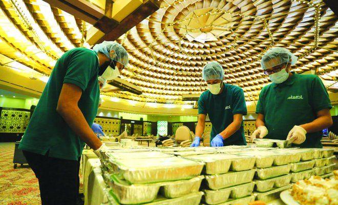 Menyiapkan makanan agar dapat dimakan semua dan tidak tersisa menjadi limbah percuma/ ArabNews