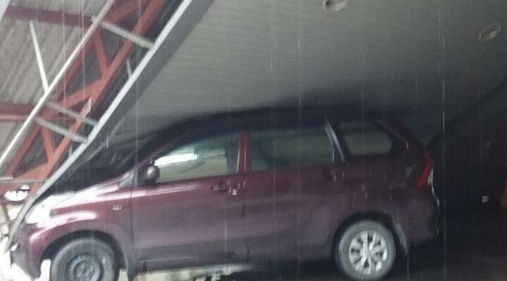 Kendaraan  minibus tertimpa bangunan pelabuhan yg roboh akibat terjangan angin puting beliung (foto gus)
