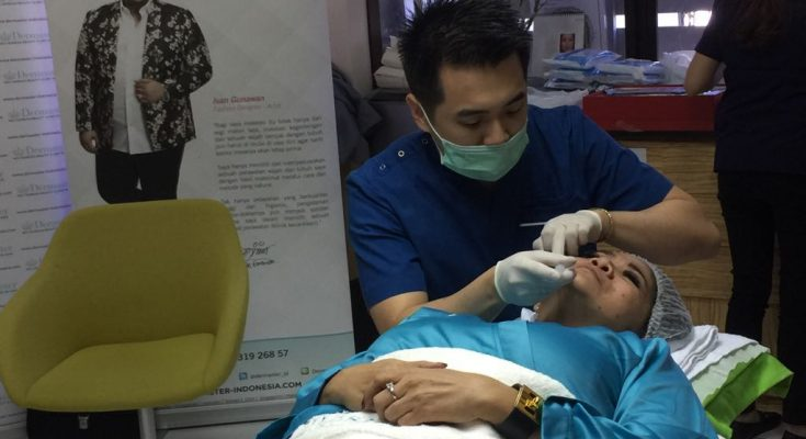 dr David Leonard,  Sp ( Head Doctor Klinik Dermaster)  saat melakukan operasi pada wajah Diva Indonesia Vina Panduwinata.  (foto: RN)