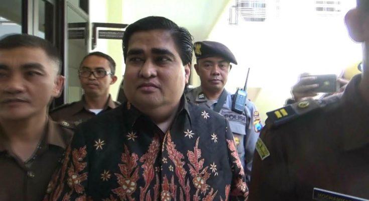 Terdakwa Dimas Kanjeng saat dikeler masuk ruang sidang PN Kraksaan, Kabupaten Probolinggo Jawa Timur.(foto: dic)