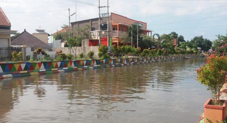 Cat warna warni menghiasi tanggul disepanjang aliran sungai di Situbondo. (foto fat)