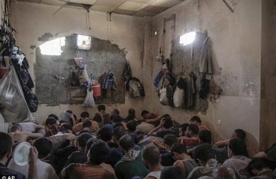Ratusan tahanan ex militan ISIS duduk penuh sesak / AP