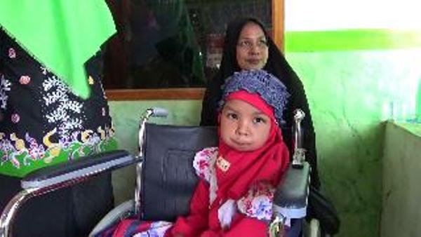 Almira alias Mira bersama ibundanya Rahmawati. (foto: dic)