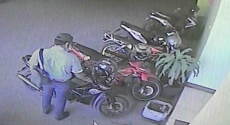 Pelaku pencuri motor yang berpakaian rapi sedang membobol motor di Islamic Centre Kraksaan, Kabupaten Probolinggo Jawa Timur. (foto: dic)