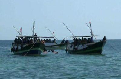 Petugas Satpolairud Polres Probolinggo dan crew snorkling saat melakukan evakuasi terhadap dua korban, di Perairan Pantai Utara Probolinggo.(foto: dic)