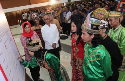 Perwakilan mahasiswa baru di Untag Surabaya menandatangani Deklasari Anti-Radikalisme. (foto: dok untag surabaya)
