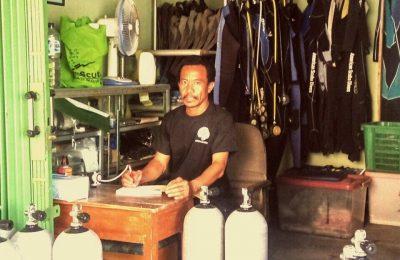 Maraknya olahraga penyelaman di Pulau Pramuka, Kepulauan Seribu, tidak terlepas dari usaha yang dirintis Basirat (44) alias Boyo, seorang nelayan yang dengan modal nekat membuka penyewaan alat-alat penyelaman paling lengkap di sana. (foto: Pribadi}