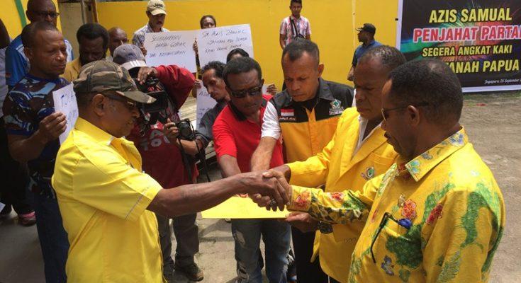 Seorang Kader DPD Partai Golkar Provinsi Papua saat menyerahkan pernyataan sikap kepada Pengurus Harian Deerd Tabuni. (foto: riy)