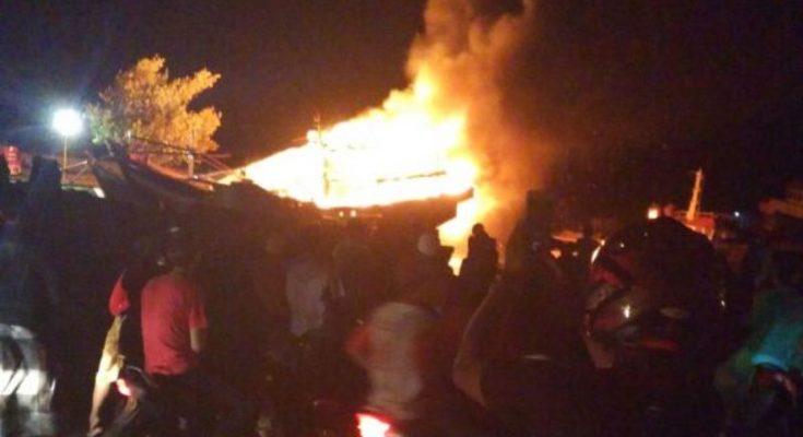 Kobaran api saat melalap dua kapal motor yang sedang bersandar di Pelabuhan Tanjung Tembaga, Kota Probolinggo, Jawa Timur. (foto: dic)