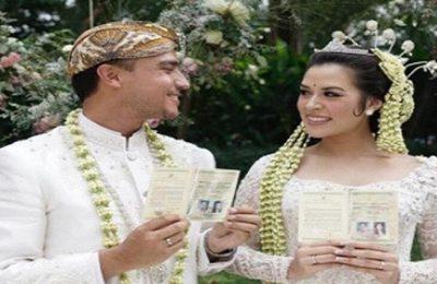 Raisa dan Hamish menujukkan surat nikah setelah mereka berdua melaksanakan ijab kabul. (foto: davidsalim/bridestory)