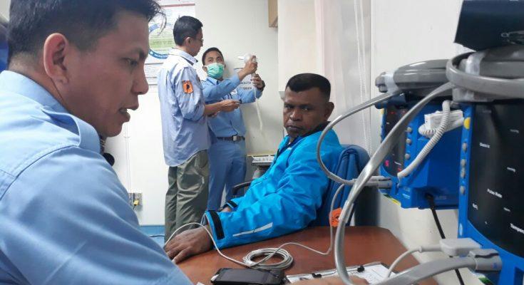 Komandan Brigade Infantri 20 /IJK Kolonel Inf.  Frits William Pelomania sedang mengikuti proses tes kesehatan di RS Tembagapura.