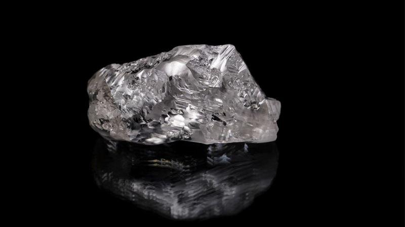 Batu berlian yang belum diasah. (foto: sciencemag)