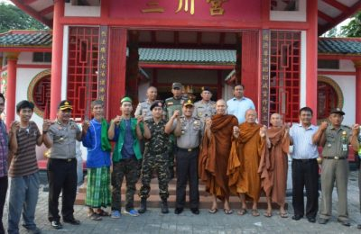 Kapolresta Tangerang bersama umat beragama di Tangerang termasuk umat Budha. (foto: sly)