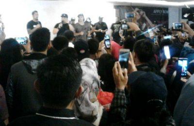 Para Bintang Film 'Jangkrik Boss Part 2' ketika menemui para penggemar. (foto: buyung)