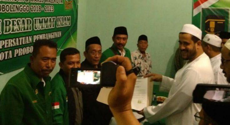 Bacawali Kota Probolinggo Habib Zainal Abidin saat mengembalikan formulir di Kantor DPC PPP.(foto: dic)