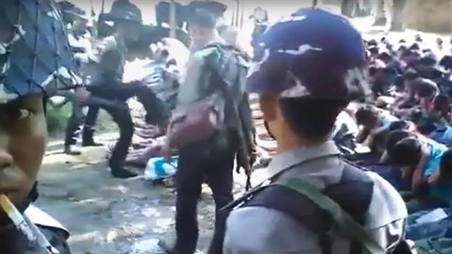 Tentara Myanmar menendang muka penduduk desa Rohingya saat penggeledahan sebuah desa