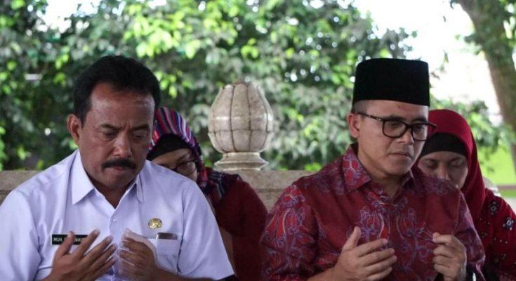 Cawagub Jawa Timur Abdullah Azwar Anas (pakai kopyah) didampingi Walikota Blitar Samanhudi saat berziarah ke Makam Bung Karno. (foto: yos)