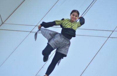 Seorang model tengah memperagakan busana batik dengan melakukan vertical catwalk di gedung Sarinah, Jakarta. (foto buy)