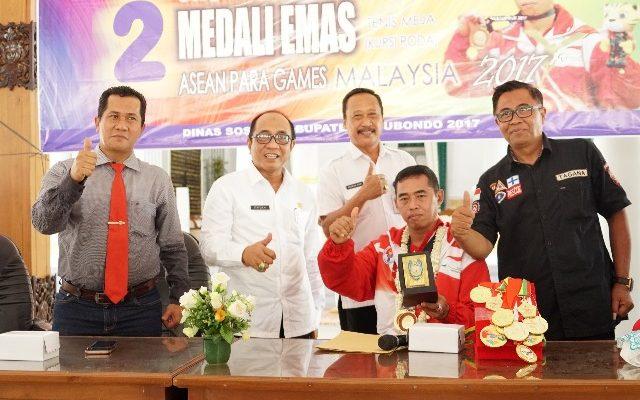 Tatok Hariyadi atlet disabilitas yang mengharumkan Situbondo ditingkat Asia Tenggara diterima Syaifullah, Sekda Pemkab Situbondo, mewakili Bupati Dadang Wigiarto dan Wabup Yoyok Mulyadi (foto:fat)